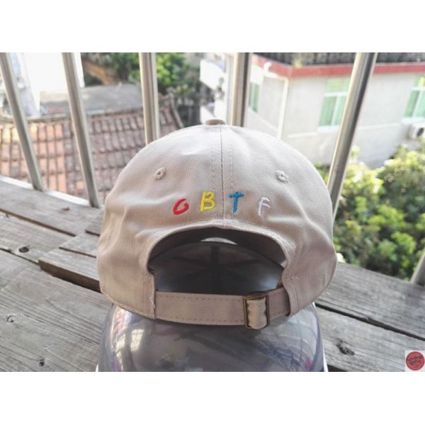 Gorra Real Friends con visera curvada...