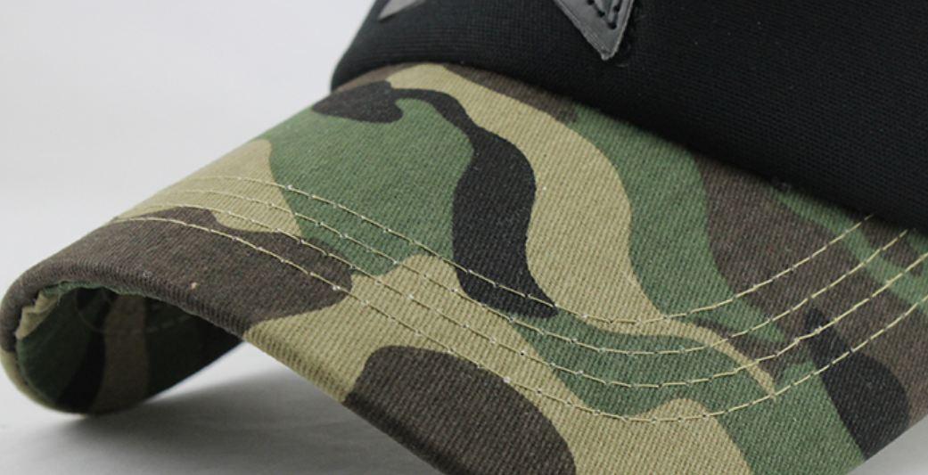 gorra con camuflaje