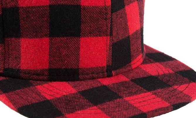 gorra de cuadros rojo negra